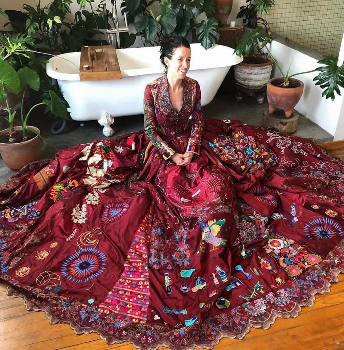 فستان صنع من بصمات 28 دولة